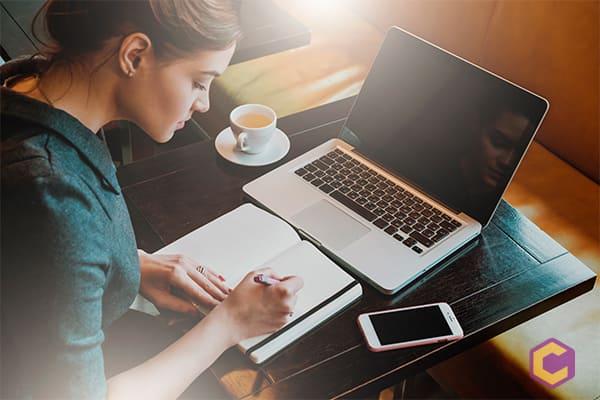 Usos y beneficios de los conectores textuales en la redacción web
